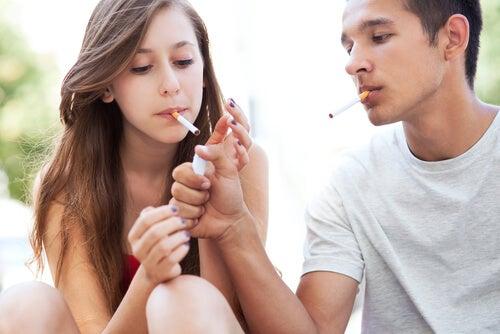 Los jóvenes empiezan a fumar muchas veces por pura imitación.