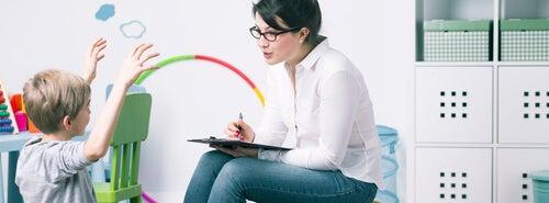 El especialista en pedagogía terapéutica puede ser un psicólogo o un pedagogo.