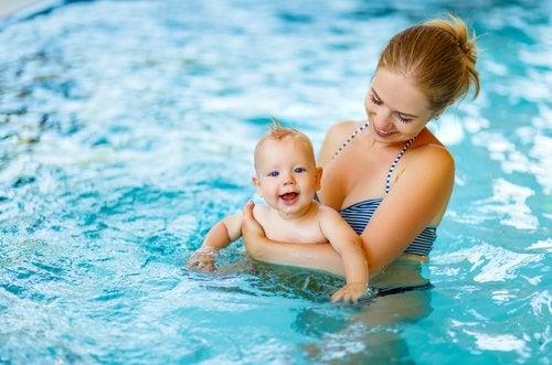 La natation pour bébé est une bonne activité aquatique pour les bébés et les parents.