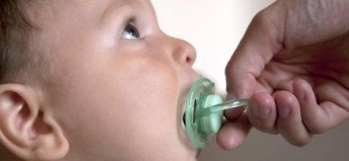 El chupete cumple una función emocional en los niños, pero no siempre es lo más adecuado.