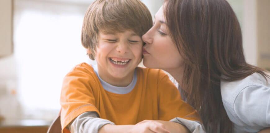 El afecto maternal es algo central en la formación de la autoestima de los niños.
