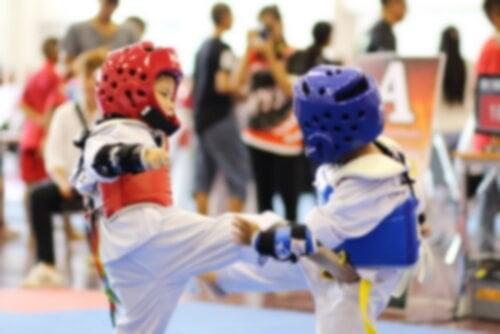 Es recomendable que los niños practiquen algún deporte durante la infancia.