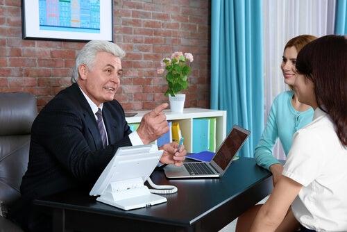 Las reuniones con el profesor de tu hijo deben producirse periódicamente.