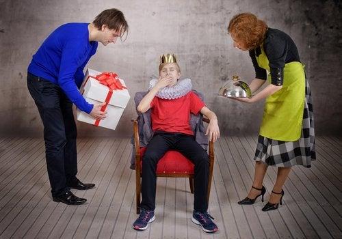Los adolescentes egocéntricos consideran que sus padres están demasiado pendientes de ellos.