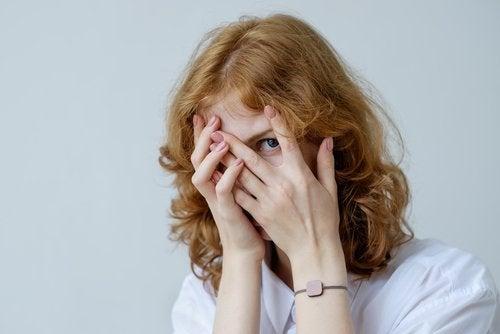 La fobia social en adolescentes produce sentimientos negativos en su forma de ver el mundo.
