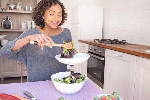 Al cocinar sin sal, muchos se preguntan cómo condimentar los vegetales.