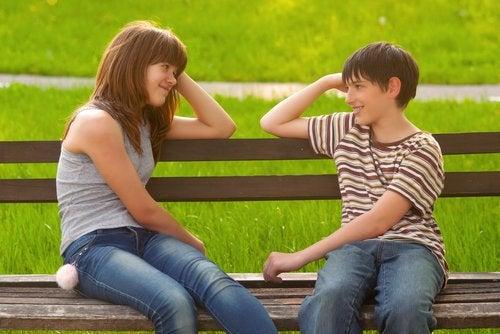 En la adolescencia temprana comienza el interés por el otro sexo.