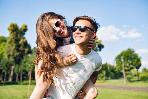 Una adolescente enamorada puede lucir más feliz que nunca al experimentar su primer amor.