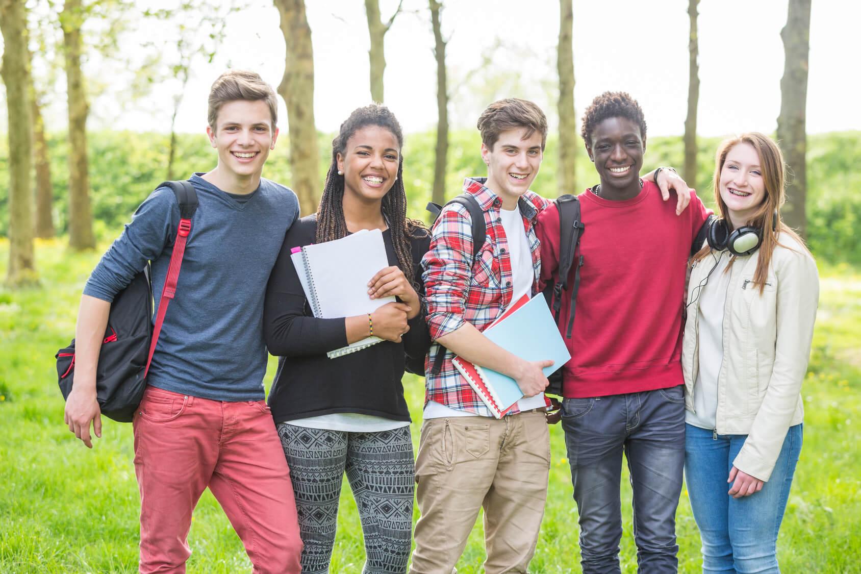 Muchos adolescentes hacen amigos de otros países gracias al Bachillerato Internacional.