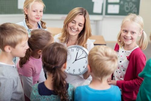 Aprender las horas del reloj es fácil si se conocen nuevos métodos para ello.