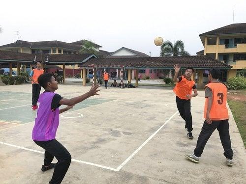 Las reglas del balonmano son sencillas y el material necesario para jugarlo es mínimo.