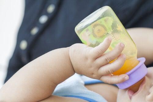 La naranja contiene vitamina C, lo que ayuda a absorber el hierro en la dieta del bebé.