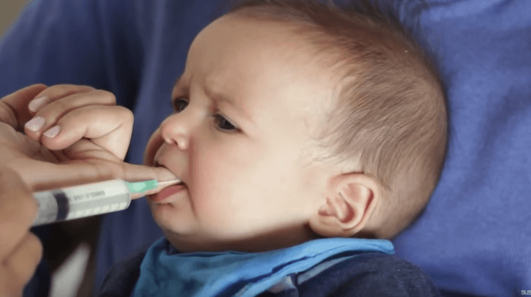 La alimentación con jeringa es una alternativa para darle la leche al bebé.