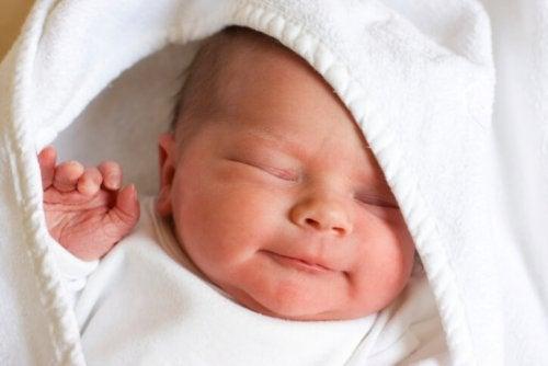 El reflejo de la marcha automática se llega a ver incluso en recién nacidos.