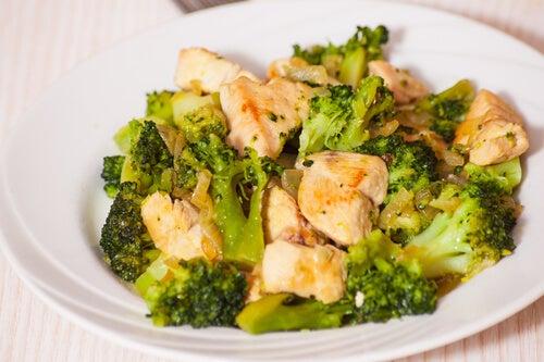Las recetas con brócoli pueden combinarse con otros ingredientes, como el pollo, para formar comidas sólidas y nutritivas.