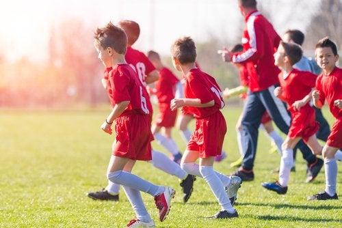 Unirse a los equipos escolares ayudará a superar el cambio de colegio a los niños.