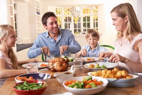 Las comidas son un buen momento para inculcar una buena comunicación en la familia.