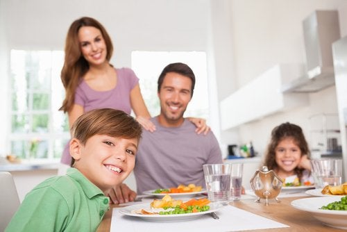 Desde edades tempranas se puede enseñar a los niños a comportarse en la mesa.