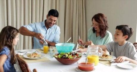 Una cena familiar en armonía construye lazos familiares fuertes.