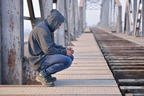 El rechazo en la adolescencia puede conducir al aislamiento y los problemas de conducta.