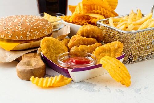 La comida chatarra aumenta el colesterol infantil malo.