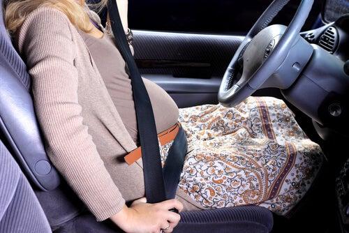 Las mujeres embarazadas puede ir de viaje tomando ciertas precauciones.