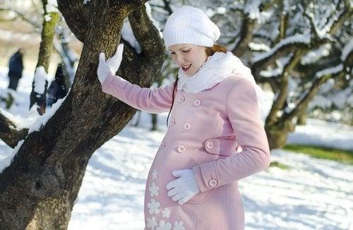 Los abrigos son una pieza primordial para las embarazadas en el invierno.