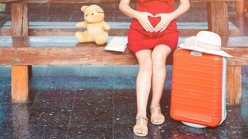 Por distintos motivos algunas mujeres deben coger el avión durante el embarazo.