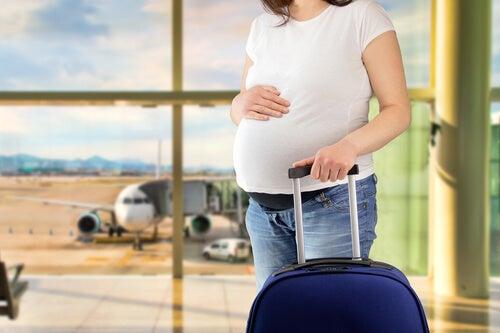 Resultado de imagen de embarazada avión