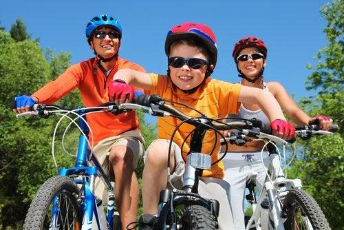 Familia montando en bicicleta y pasando tiempo de calidad juntos.