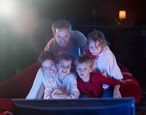 Familia viendo una película durante el confinamiento.