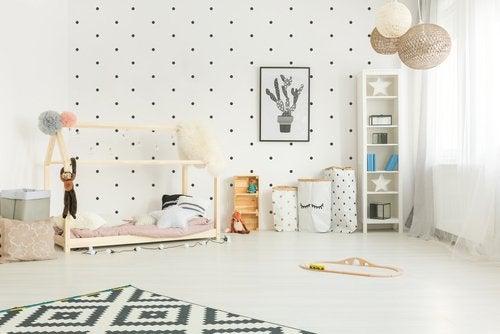 Decorar la habitación infantilcon el método Montessori puede ayudarte a desarrollar la creatividad de tu hijo en un ambiente diferente y seguro.