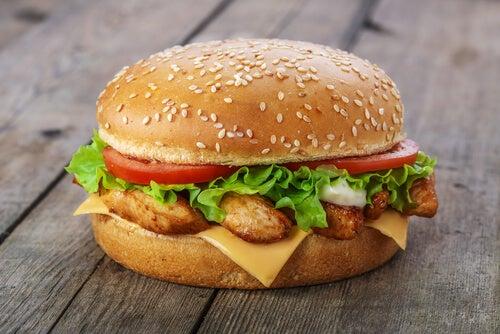 El pollo es un alimento que debemos incorporar en la dieta de los niños.