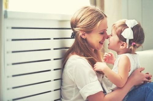 Les signes d'affection envers les enfants les aident à réformer leur estime de soi et à éviter la carence affective.