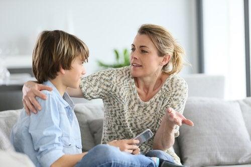 Debes tomarte tiempo para hablar con tu hijo y ayudarle a conocerse a sí mismo.