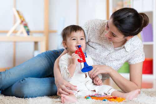 3 formas de entretener al bebé durante el día