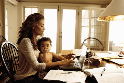 Muchas madres y directivas llevan trabajo a casa para poder compartir con sus bebés.