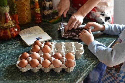 Tanto las madres como los padres y los niños pueden divertirse y disfrutar con estas recetas de bizcochos para meriendas.