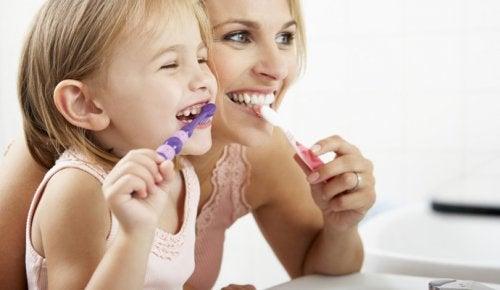 Los buenos hábitos como la higiene bucal se transmiten mejor con el ejemplo.