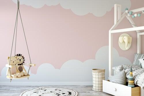 El método Montessori para decorar la habitación dispone los elementos de decoración de acuerdo a las necesidades del niño.