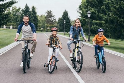 El ciclismo es uno de los clásicos deportes para practicar en familia.