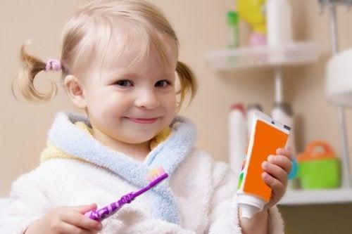 Les dents de lait des petits peuvent être soignées avec une bonne hygiène buccale.