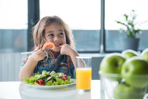 ¿Estás enseñando a tu hijo a comer saludable?