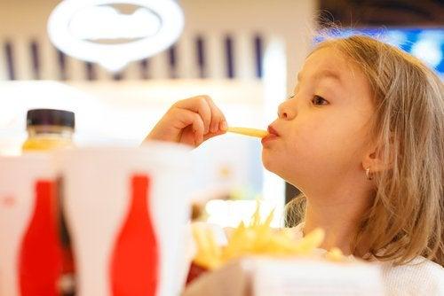 No siempre es malo ver a los niños jugar con la comida.