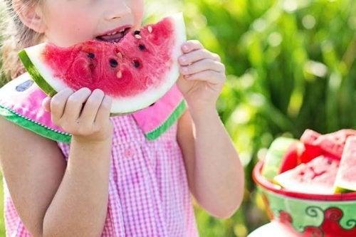 Las frutas y vegetales son sumamente saludables para los niños.
