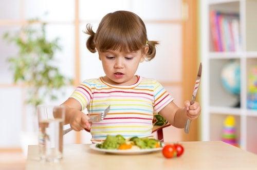 Enseñar a los niños a comportarse en la mesa es una parte clave en su educación.
