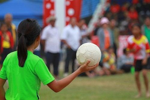 El balonmano para niños brinda tantos beneficios para la salud como cualquier otro deporte.