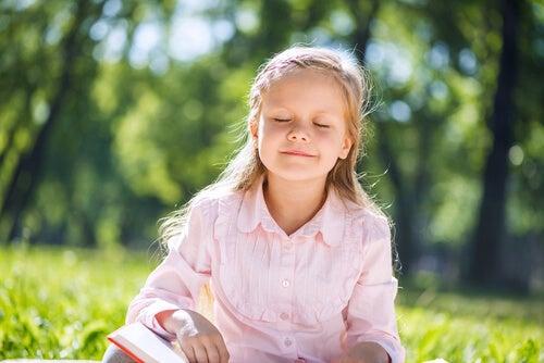 El juego del silencio de Montessori permite a los niños cultivas la paciencia.