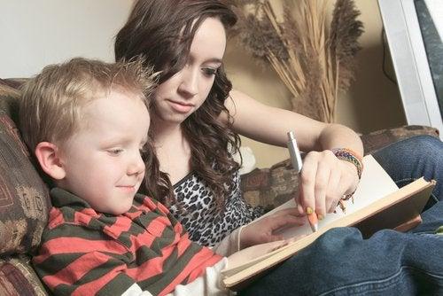 Niño y su cuidadora haciendo los deberes.
