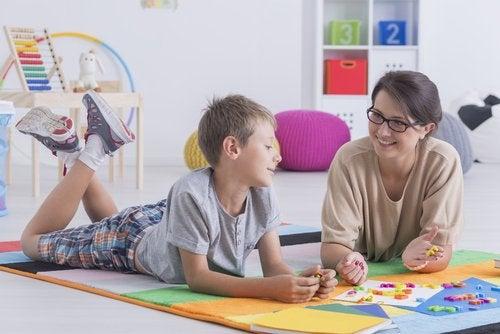 Algunos juegos para fomentar la autoestima requieren que el niño evalúe sus logros.